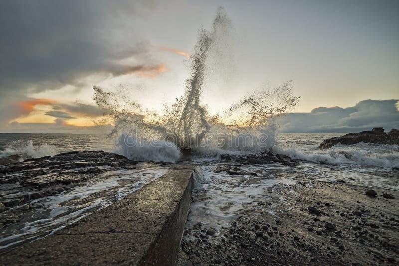 Vagues puissantes écorçant contre le rivage photo stock
