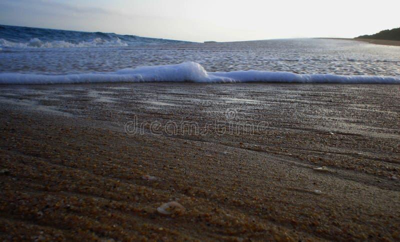 Vagues roulant au-dessus du bord de mer photos stock
