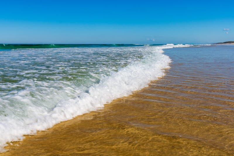 Vagues roulant dedans sur la plage image stock