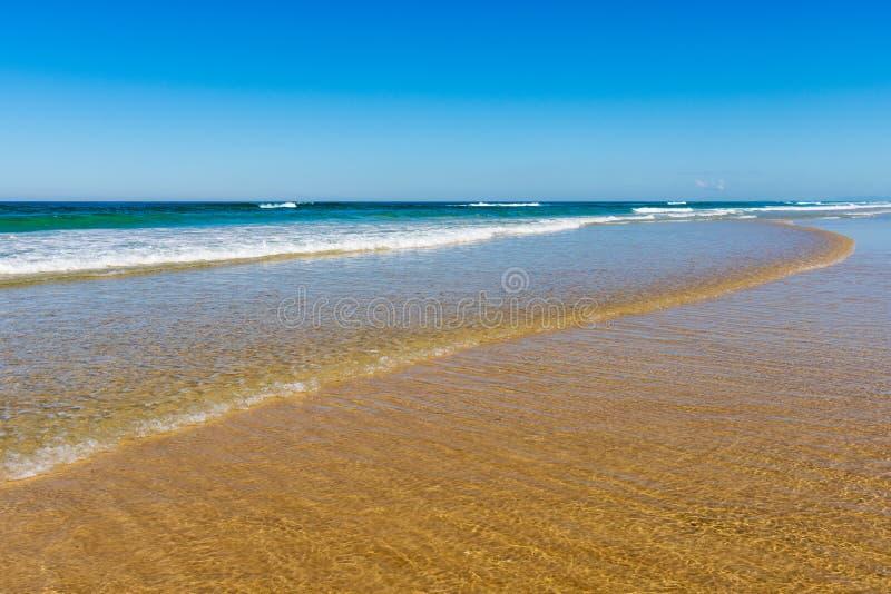 Vagues roulant dedans sur la plage image libre de droits