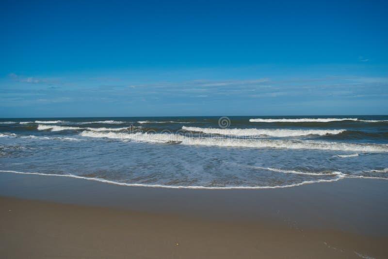 Vagues roulant doucement sur la plage de l'Océan Atlantique images stock