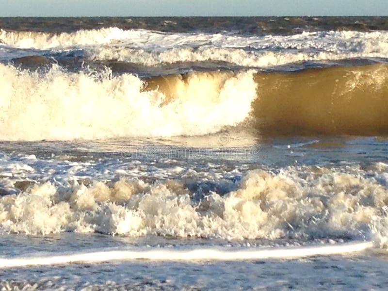 Vagues sauvages sur la côte du Suffolk images libres de droits