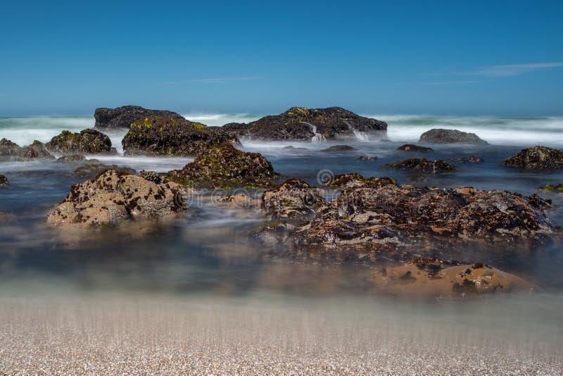 Vagues se brisant au-dessus des roches sur le littoral déchiqueté de la Californie du nord, pris sur une longue exposition pour l photo stock