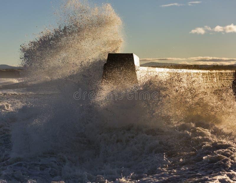 Vagues se brisant chez Lossiemouth. photos libres de droits