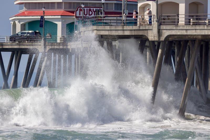Vagues se brisant sous le pilier de Huntington Beach photographie stock libre de droits