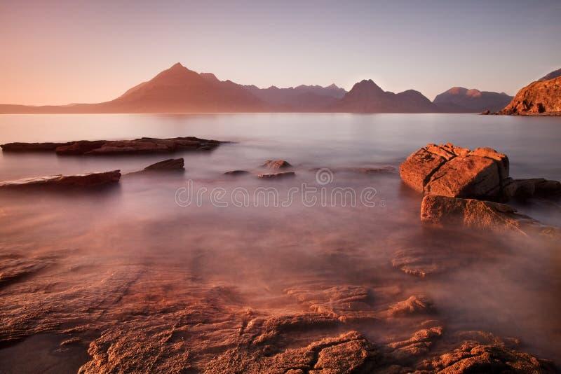Vagues se brisant sur le rivage avec le ciel dramatique déprimé chez Elgol sur l'île de Skye, Ecosse, R-U E photos stock