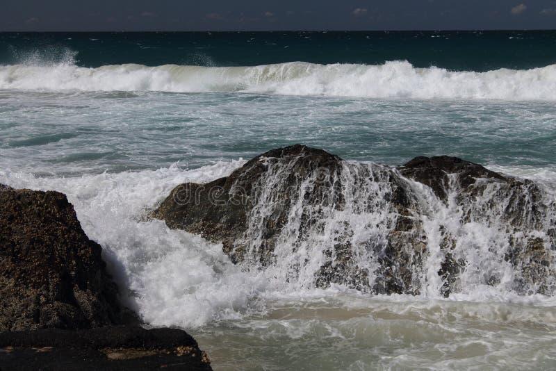 Vagues se cassant au-dessus des roches chez Currumbin, Queensland, photographie stock libre de droits