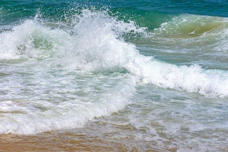 Vagues se cassant sur la plage de diable photos stock