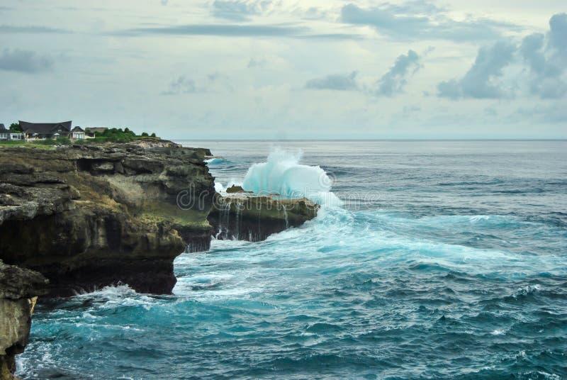 Vagues se cassant sur les roches La larme du diable, Nusa Lembongan photographie stock libre de droits
