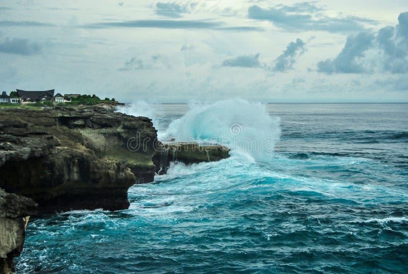 Vagues se cassant sur les roches La larme du diable, Nusa Lembongan, Indonésie image stock