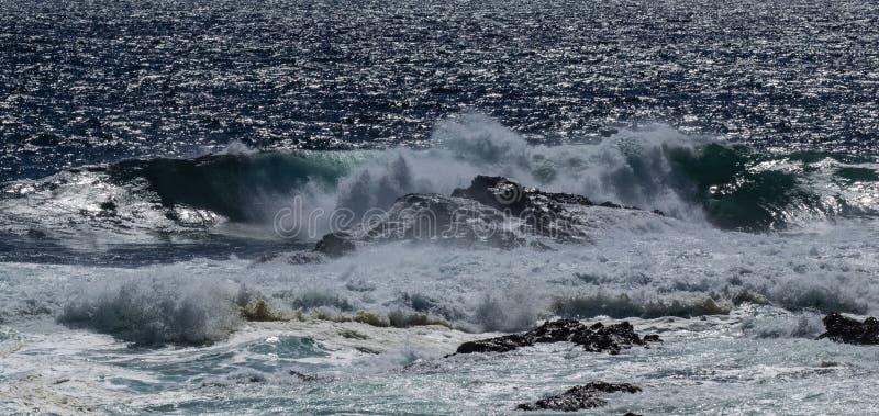 Vagues sur la ligne de rivage rocheuse photos stock