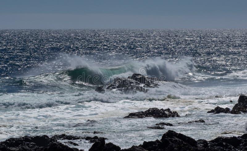 Vagues sur la ligne de rivage rocheuse photographie stock libre de droits