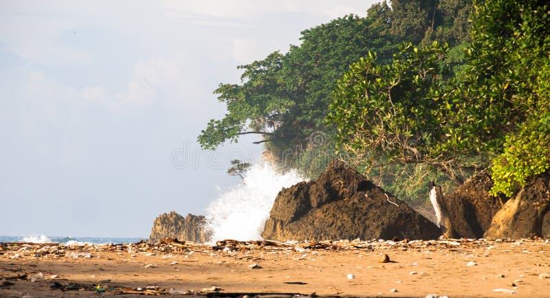 Vagues sur la plage de pulo de peh photographie stock libre de droits