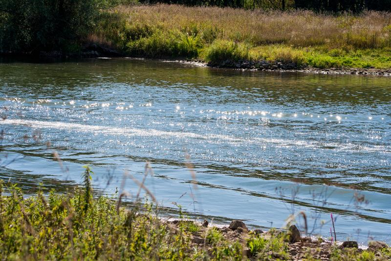 Vagues sur la rivière après dépassement du canot automobile L'eau bouleversée photos stock