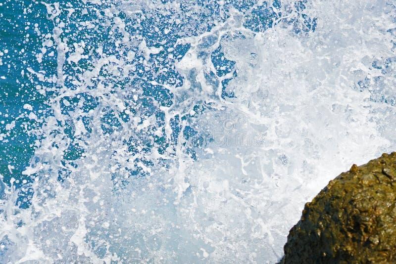 vagues sur les roches du port de H?raklion photo stock