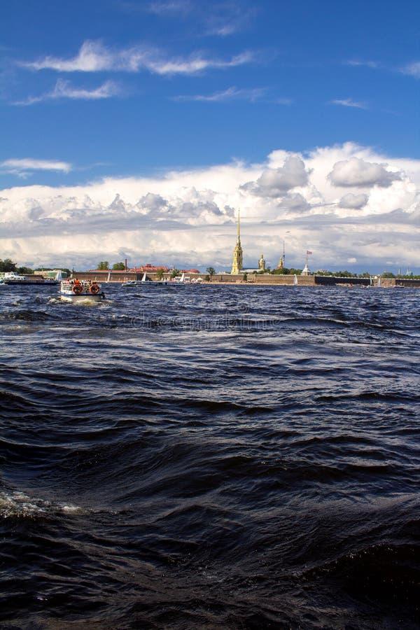 Vagues sur Neva River photo stock