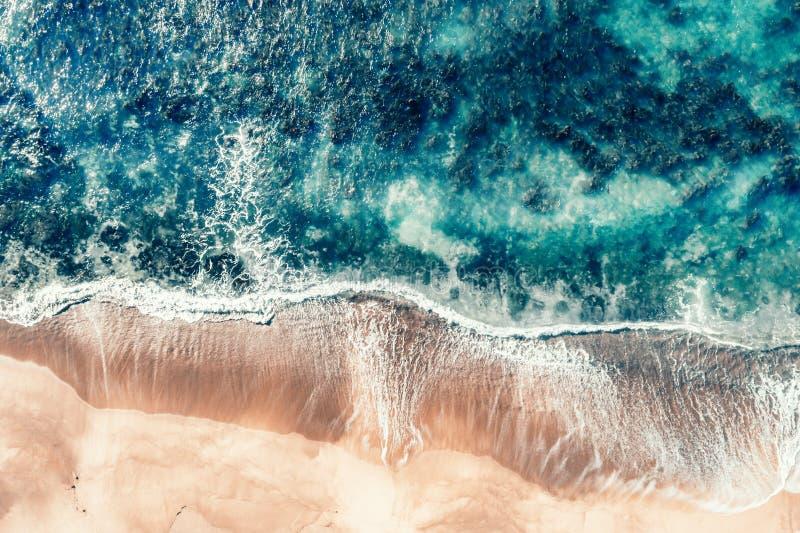 Vagues tirées aériennes de plage chez Coalcliff photo stock
