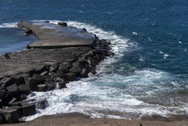 Vagues turbulentes de la coupure d'océan dans une traînée de pierre photo libre de droits