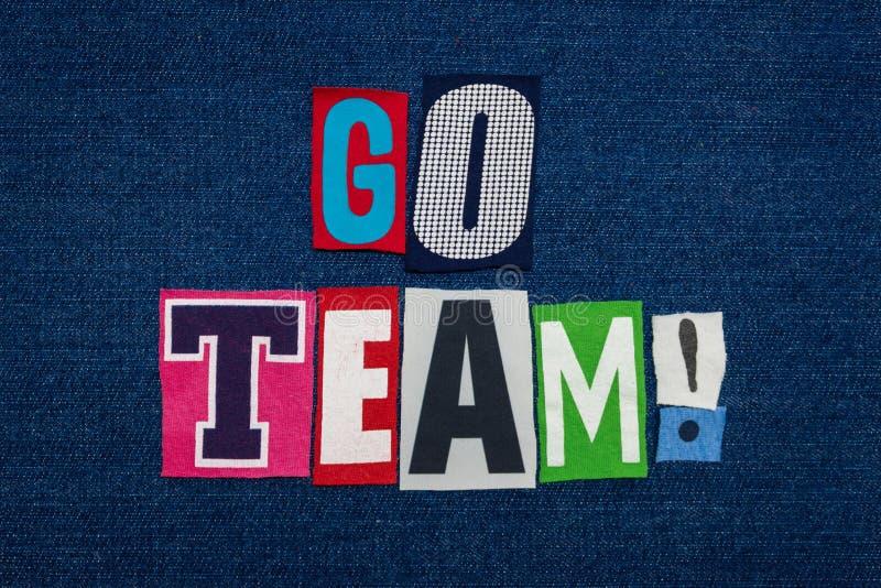 VAI a colagem da palavra do texto da EQUIPE, multi tela colorida na sarja de Nimes azul, conceito dos trabalhos de equipe imagem de stock