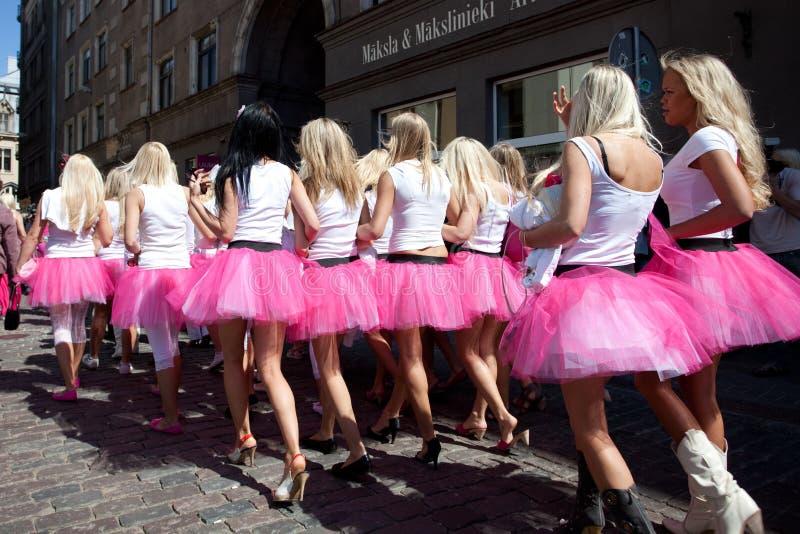 Vai a parada loura em Riga imagem de stock