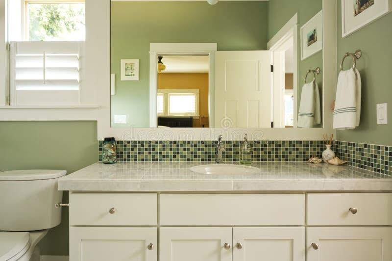 Vaidade e espelho do banheiro imagens de stock