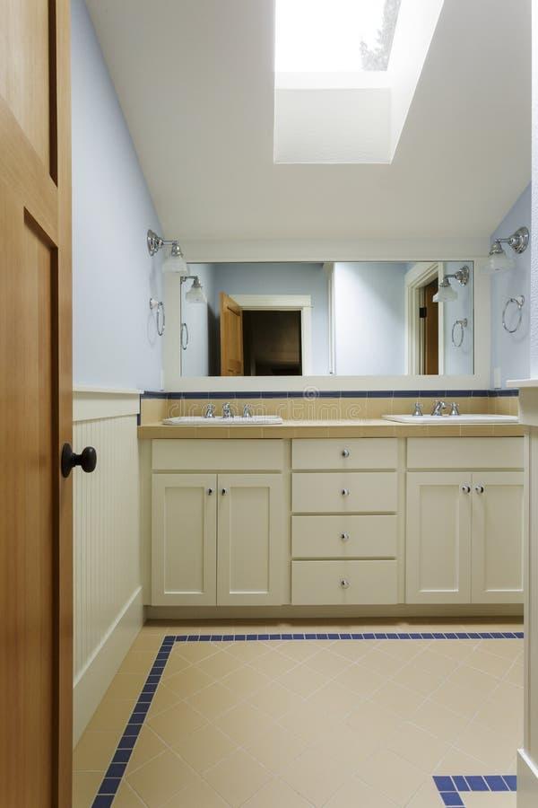 Vaidade luxuosa do banheiro imagens de stock