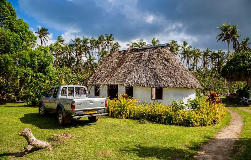 Vailala,瓦利斯和富图纳群岛 一个典型的农村村庄在沃利斯类似传统茅屋顶玻利尼西亚fale 提取汽车 库存图片