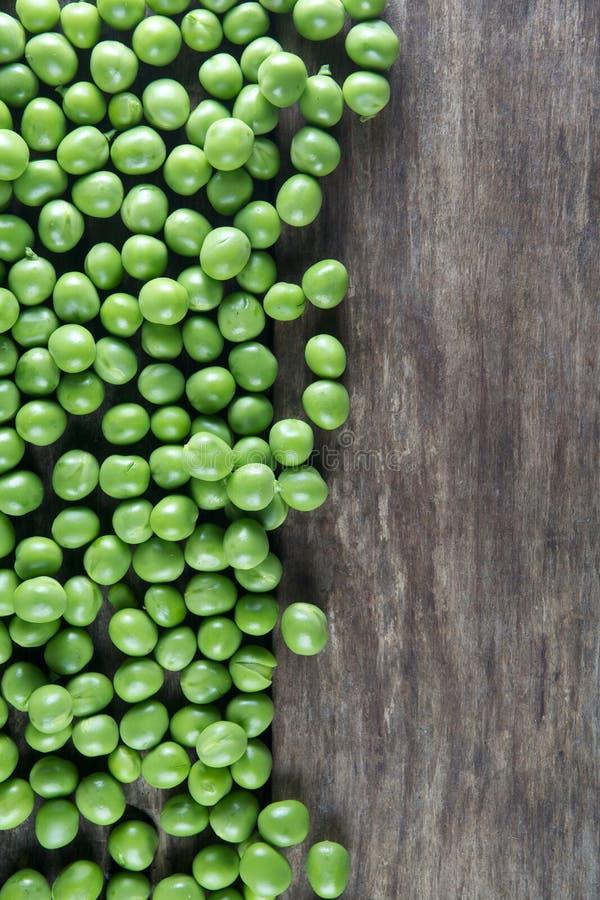 Vaina de guisantes verdes en la madera imagenes de archivo