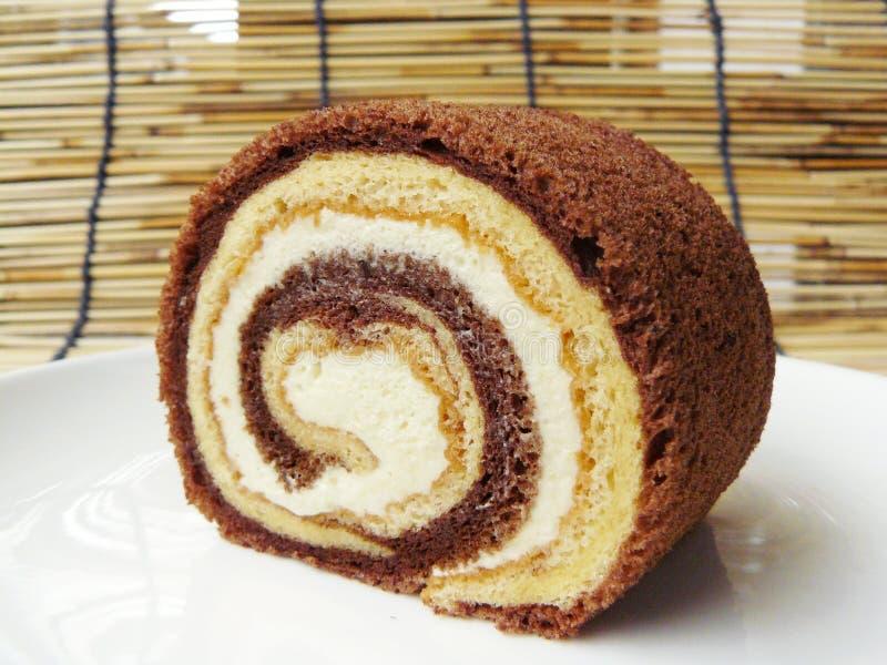 Vainilla de dos tonos y torta del rollo del chocolate fotos de archivo libres de regalías