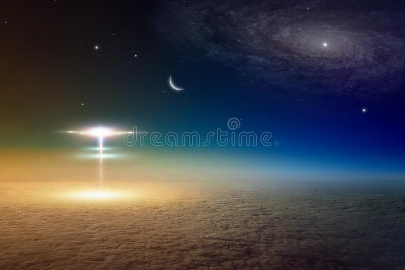 Vaisseaux spatiaux extraterrestres d'étrangers de l'atterrissage d'espace extra-atmosphérique sur p photo libre de droits
