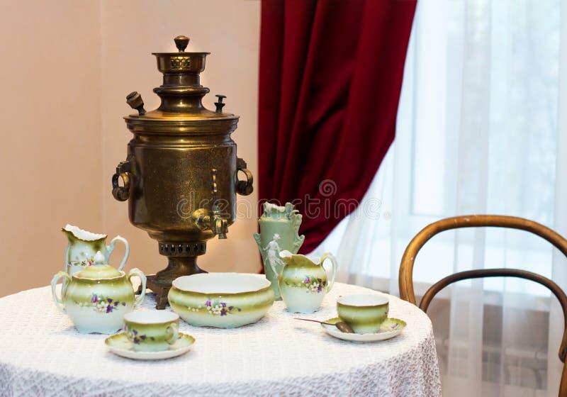 Vaisselle antique antique pour le samovar en bois de cuivre potable de thé images libres de droits