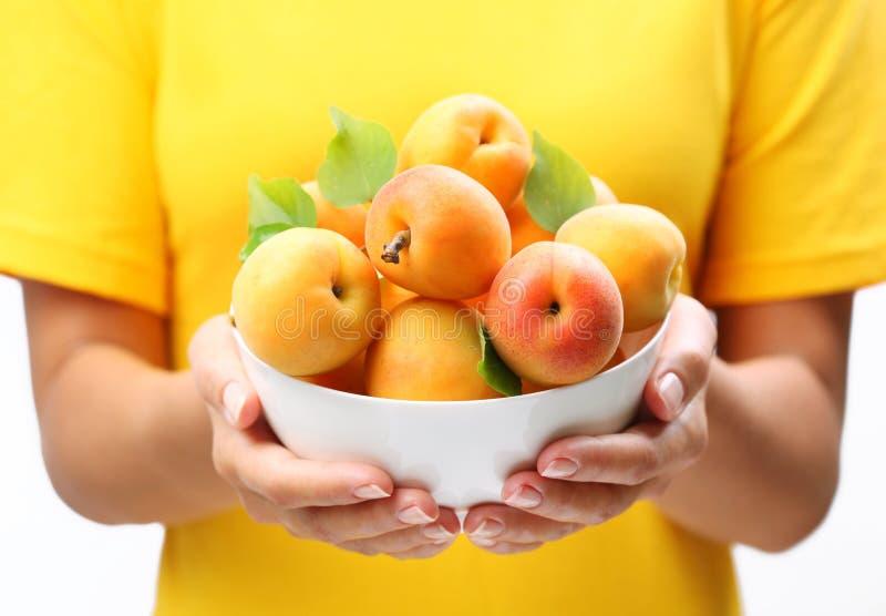 Vaisselle avec les abricots mûrs. images libres de droits