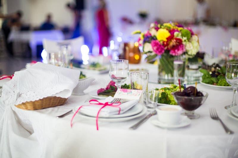Vaisselle blanche de luxe d'une manière élégante approvisionnée au mariage image libre de droits