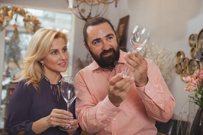 Vaisselle de cuisine de achat de beaux couples m?rs au magasin images stock