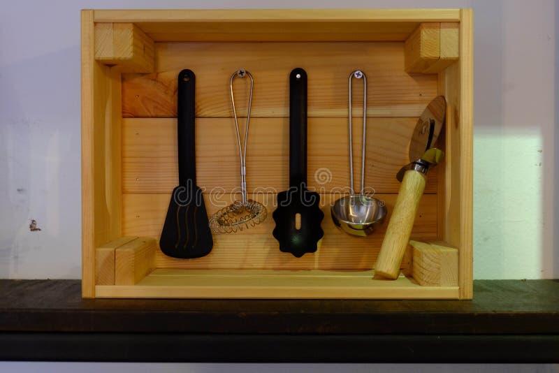 Vaisselle de cuisine dans une boîte en bois avec une forme rectangulaire photo libre de droits
