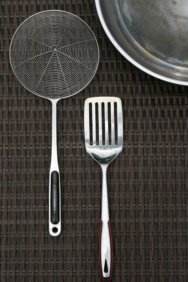 Vaisselle de cuisine de batteries de cuisine d'acier inoxydable et W photo stock