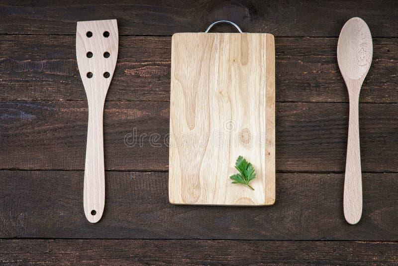 Vaisselle de cuisine en bois avec la feuille en bon état sur la planche à découper photos stock