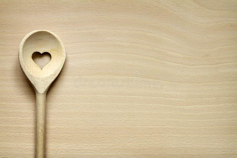 Vaisselle de cuisine en bois sur la planche à découper images stock