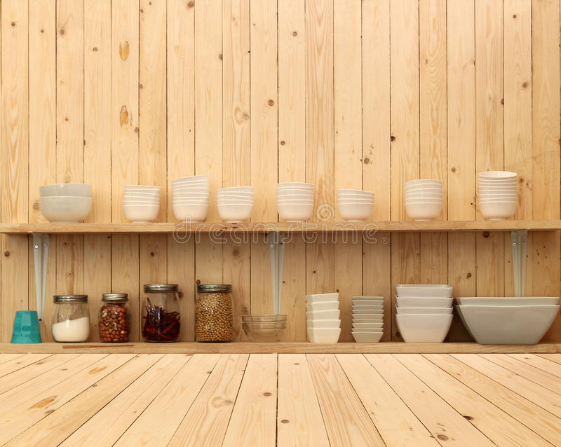 Vaisselle De Cuisine En Céramique Blanche Sur L\'étagère En Bois ...