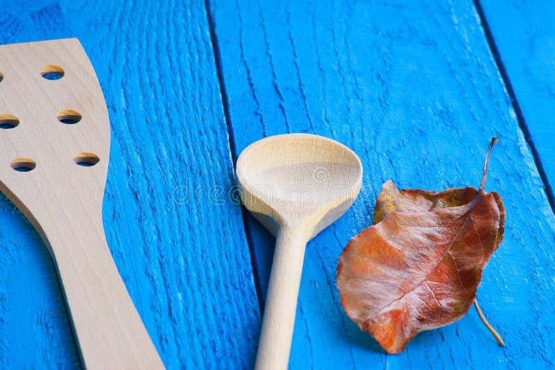 Vaisselle de cuisine et feuille d'automne photographie stock