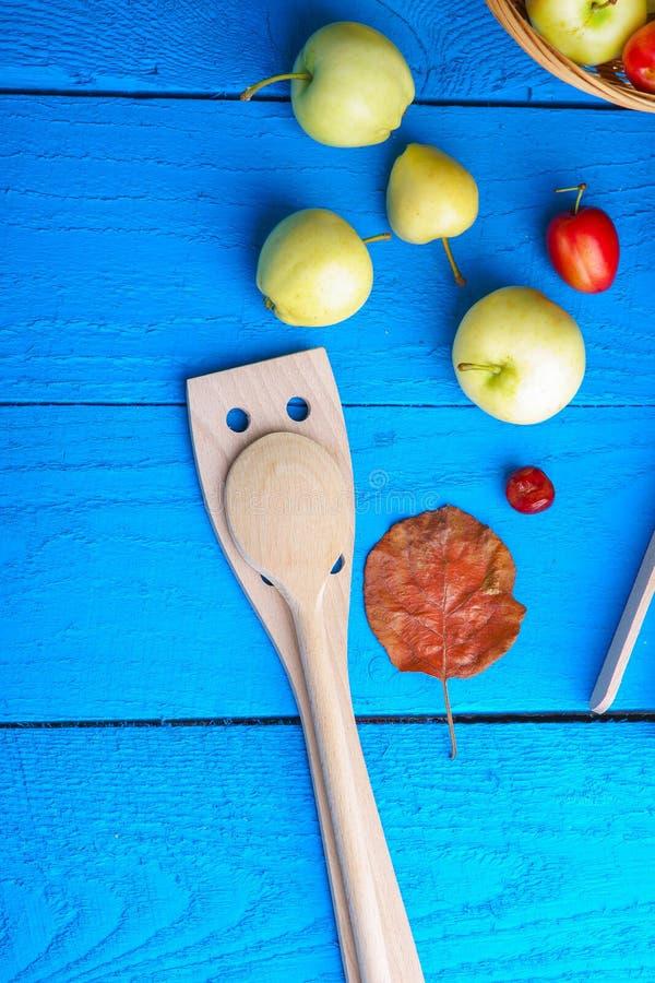 Vaisselle de cuisine, feuille d'automne, prunes et pommes image libre de droits