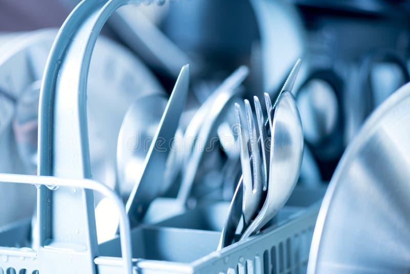 Vaisselle de cuisine propre dans la fin de lave-vaisselle  photographie stock libre de droits