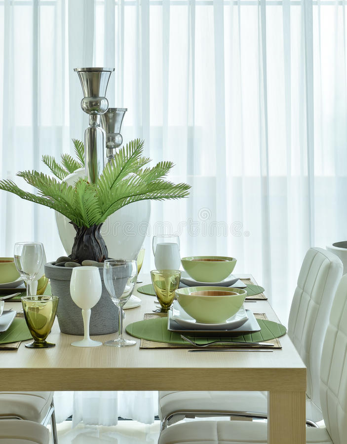 Vaisselle en céramique moderne dans l'arrangement vert de modèle de couleurs sur la table de salle à manger image stock