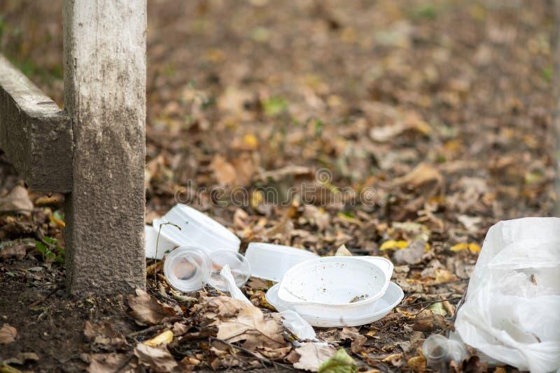 Vaisselle en plastique jetable jetée au milieu de la forêt Contamination de la nature par les humains Les actions irresponsables  photographie stock libre de droits