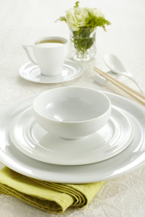 Vaisselle et cuvette en céramique photographie stock