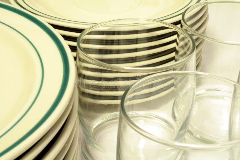 Vaisselle et glaces occasionnelles photographie stock libre de droits