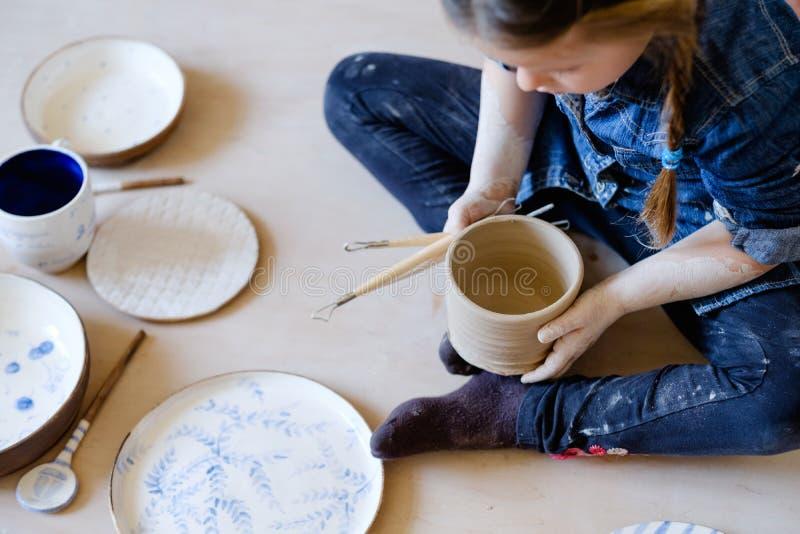 Vaisselle faite main de fille de loisirs de thérapie d'art de poterie image stock