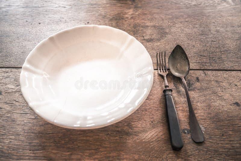 Vaisselle superficielle par les agents rustique sur la table en bois images stock