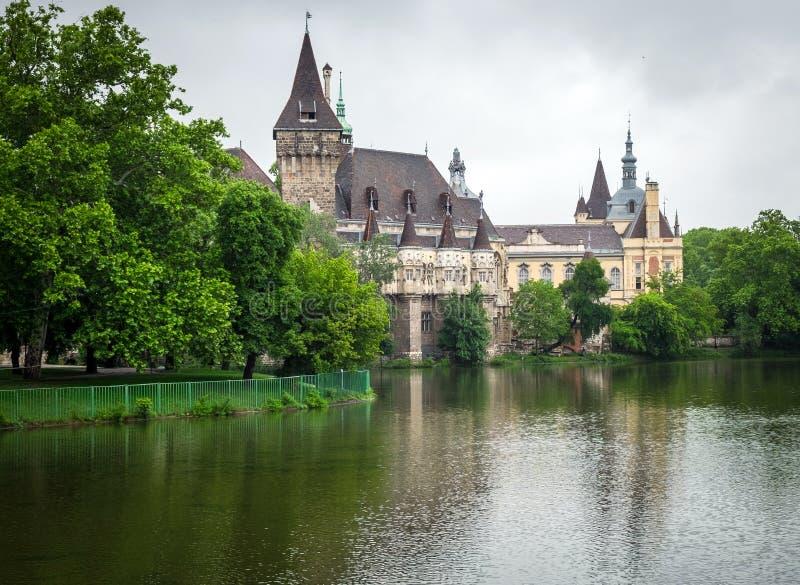 Vajdahunyad城堡,布达佩斯湖边视图  免版税图库摄影