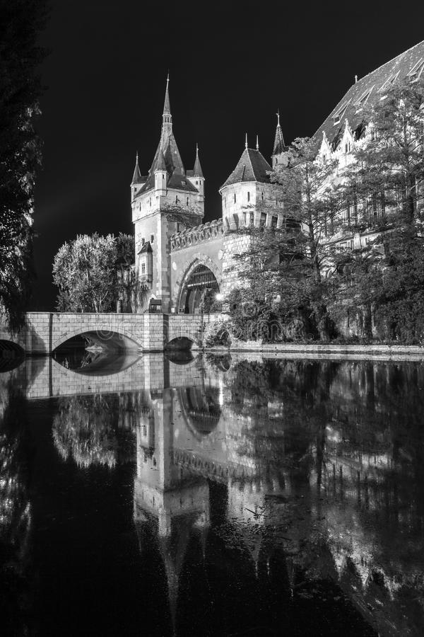 Vajdahunyad Castle σε μια θερινή νύχτα στη Βουδαπέστη στοκ φωτογραφίες